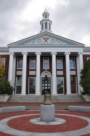 Harvard Business School Baker Library, HBS bot einen der ersten MBA Studiengänge an.