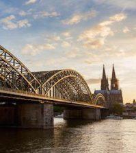 Kölner Dom und Hohenzollern Brücke im Sonnenuntergang