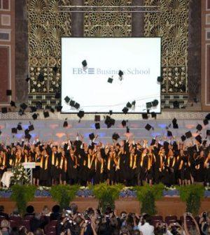 EBS Absolventen Hüte werfen